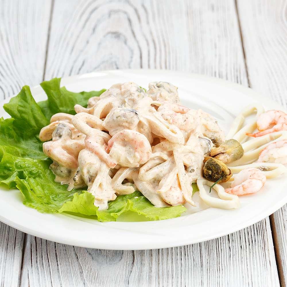 Салат Морепродукты в пикантном соусе 100 грамм
