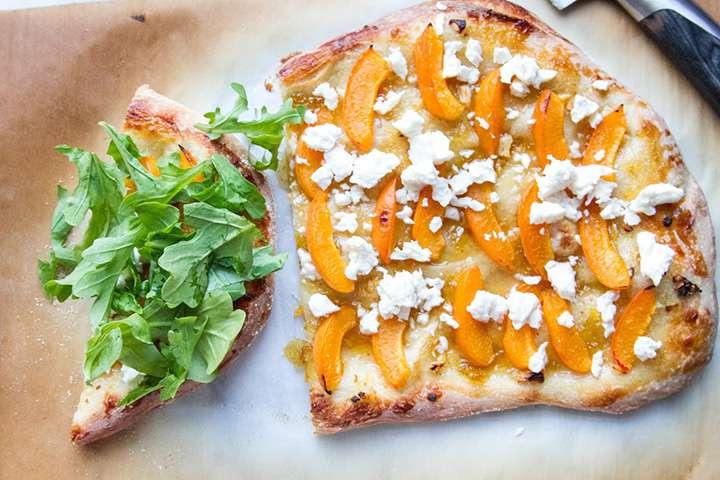 Сладкая пицца с абрикосовым джемом